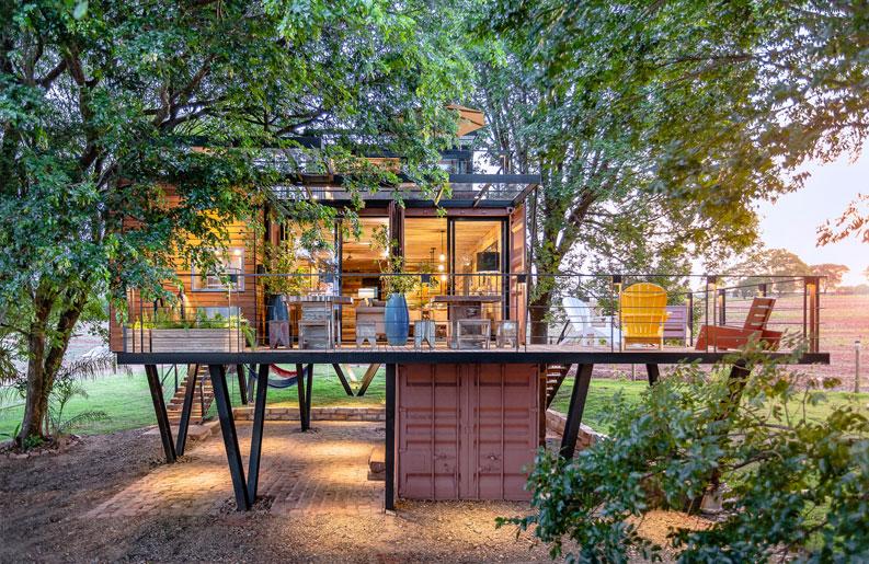<b>Casa Colgante.</b> Un hogar de madera y contenedores, suspendido entre los árboles